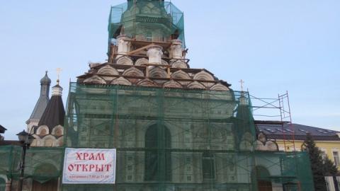Саратовские священники не отменяют службы, но дезинфицируют иконы