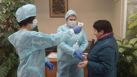 На входе в правительство Саратовской области измеряют температуру