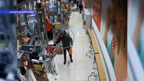В Энгельсе задержан магазинный вор с пакетиком | ВИДЕО