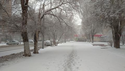 В Саратове чистят улицы от снега 210 рабочих