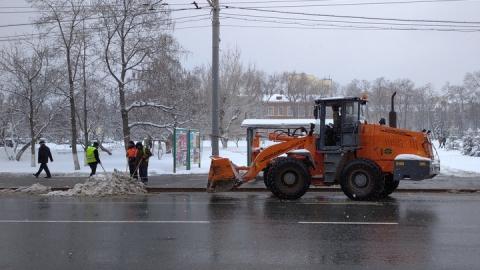 240 единиц техники отправлены на ночную уборку снега