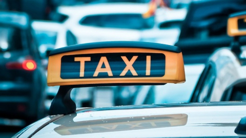 Соблазнившийся «клиентом-иностранцем» таксист лишился 65 тысяч