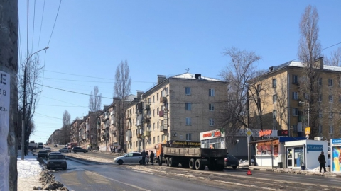«КамАЗ» врезался в «Гранту» на пустой дороге