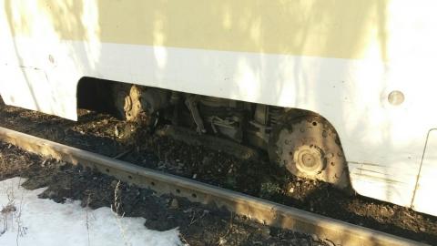 Саратовцы потешаются над сошедшим с рельсов трамваем