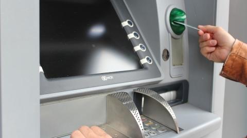 Саратовская продавщица не устояла перед соблазном взять забытые в банкомате деньги