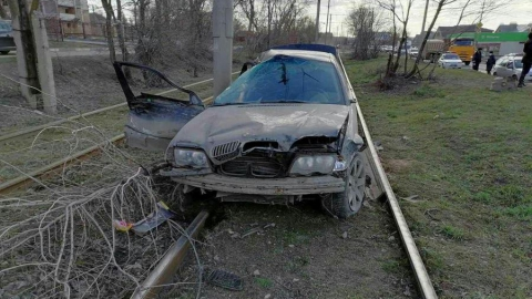 BMW врезался в «Калину»: машина вылетела на трамвайные пути, водитель сбежал