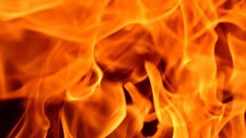 Полуночный пожар в Вольске охватил деревянный дом