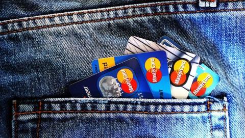 Школьник 11 раз расплатился в магазине потерянной пенсионеркой картой