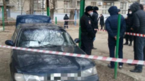 Предположительные наркоманы зажали полицейского между машиной и столбом
