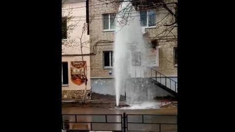 Двухэтажный фонтан забил у 2-й горбольницы Саратова | ВИДЕО