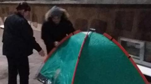 Студент-китаец поставил палатку, протестуя против выселения из общежития саратовской консерватории