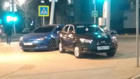 Два автохама припарковались рядом с закрытым сквером в центре Саратова