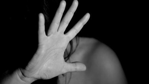 Юная жертва насильника смогла выбраться из гаражного массива с пробитой кирпичом головой | 18+