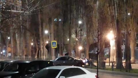 Водитель сбил несколько ограждений сквера в центре Саратова