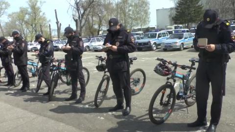Полицейские на велосипедах патрулируют город | Видео