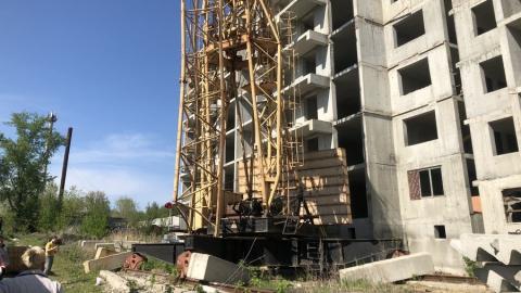 Саратовцы выдвигают рискованные версии падения крана в Заводском районе | ВИДЕО