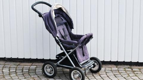 Саратовчанка лишилась почти миллиона рублей при продаже детской коляски