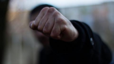 Парень избил полицейского в отделении за попытку оттащить его от друга