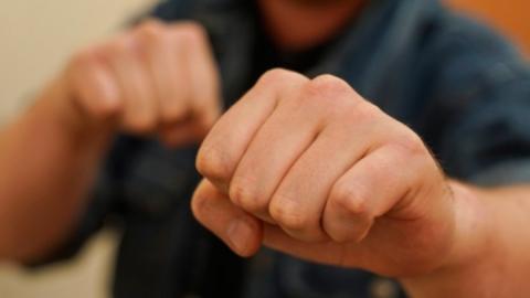 Житель Энгельса избил женщину из-за 150 рублей