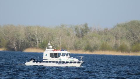 Спасатели сняли двух саратовцев со сдувающейся резиновой лодки