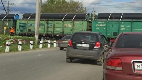 Четыре автохама перегородили встречную полосу перед железнодорожным переездом