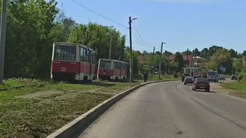 11-е трамваи стоят из-за ДТП и поломки рельсов