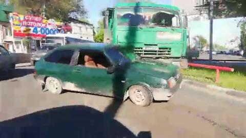 Столкновение зеленых машин спровоцировало огромную пробку у «Саратовгаза»| ВИДЕО