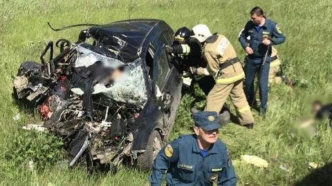 Три человека разбились, въехав в грузовик на встречке | 18+