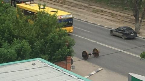 Выпавшие из грузовика вагонные колеса перекрыли дорогу в Октябрьском районе