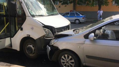 Иномарка столкнулась с 33-й маршруткой, пострадали две женщины