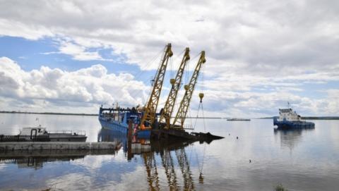 Напротив будущего саратовского пляжа поднимают затопленный 41-метровый буксир