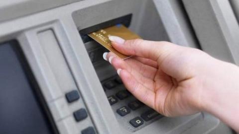 Безработная задержана из-за найденной банковской карты