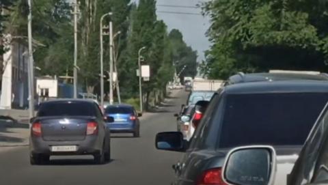 Два нарушителя объехали по «встречке» пробку перед железнодорожным переездом | Видео