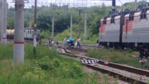 Жители Заводского района по привычке выходят на рельсы в неположенном месте
