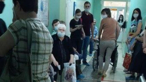 Жители Солнечного района с температурой и пневмонией толпятся в очереди к врачу