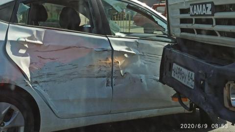 Иномарка не пропустила мусоровоз и поплатилась разбитым боком