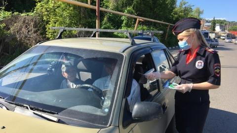 Девушки в форме поговорили с саратовскими автомобилистами о детях