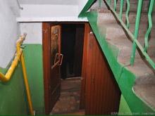На лестничной клетке многоэтажки найден труп