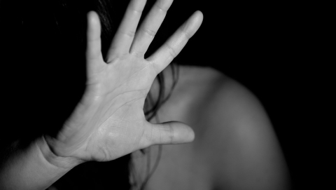 Трое мужчин насиловали соседку и снимали все на видео