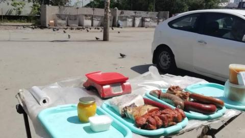 В Саратове продают колбасу рядом с помойкой и дохлыми голубями