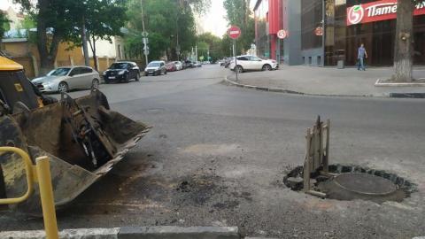 После публикации Saratovnews начали заделывать провал в центре города