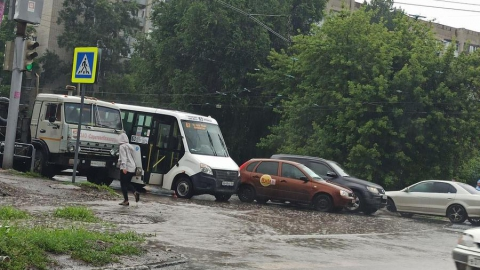 Плитовоз, иномарка и маршрутка № 63 устроили жуткую пробку в Заводском районе