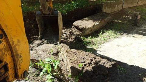 Установка хомута нецелесообразна. Специалисты КВС меняют изношенные участки водопровода