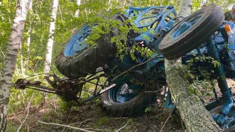 Престарелый тракторист не справился с управлением и опрокинулся в овраг