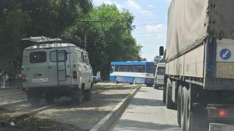 Автомобилям приходится объезжать тройное ДТП по трамвайным путям