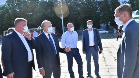 Валерий Радаев понаблюдал за обновлением площади Кирова