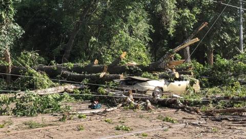 Разбитые машины, оборванные провода и поваленные деревья: саратовцы оценивают последствия урагана | ФОТО