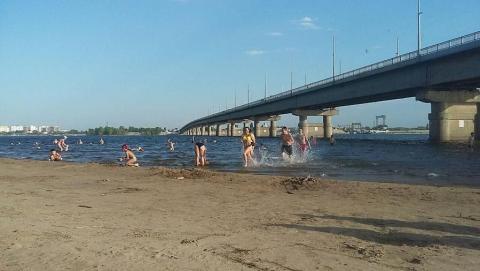 На «неразрешенном» городском пляже Саратова полно людей | ФОТО