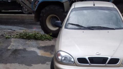 Московский автомобиль не дает коммунальщикам начать работы