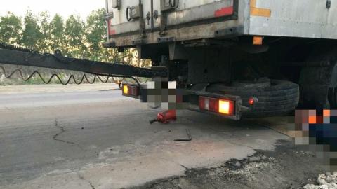 Под Саратовом грузовик раздавил менявшего колесо водителя